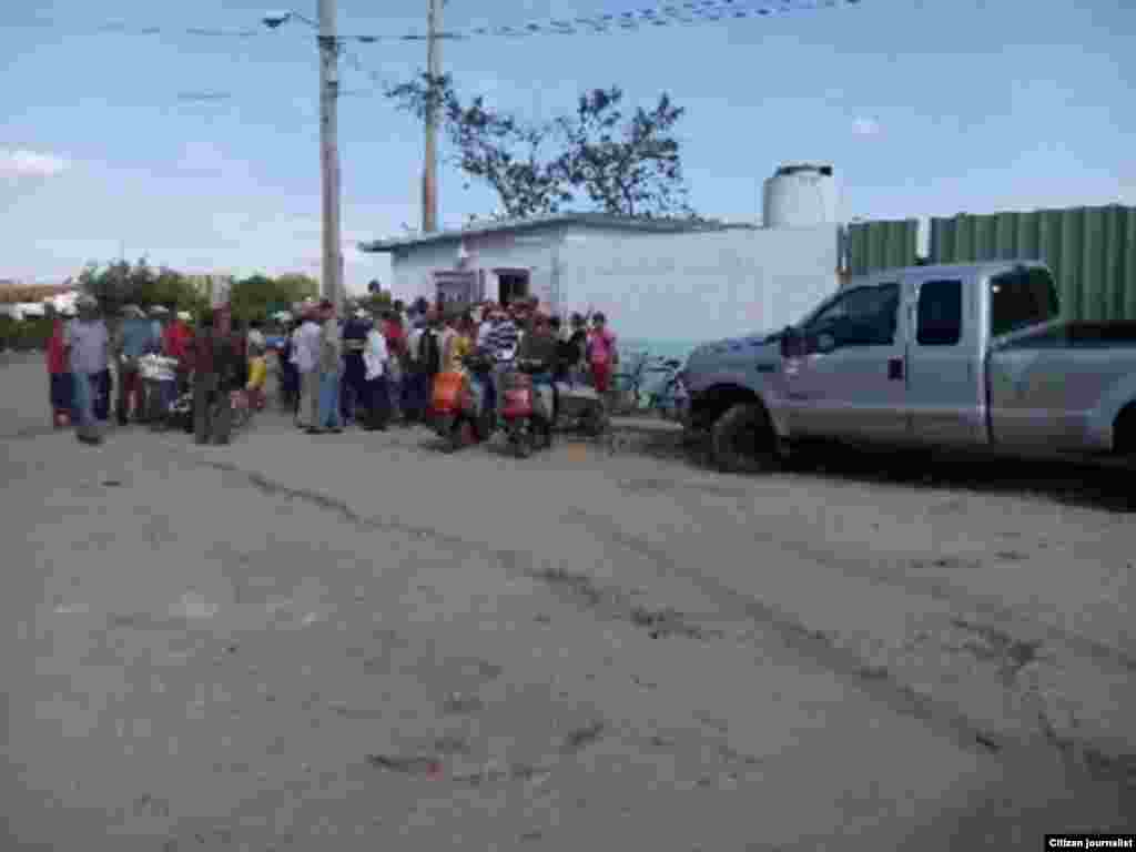 venta de gas vigilancia policial Reporta Cuba Foto Juan C. Acosta Ruiz