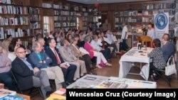 Beatriz Rangel, miembro de la directiva del IID, presentó el evento en Books and Books.