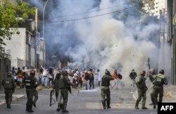 Enfrentamientos entre la policía y los manifestantes durante las protestas contra Maduro en 23 de enero pasado.
