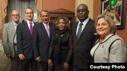 """Orlando Gutiérrez Boronat, Mario Diaz-Balart, John Boehner, Yris García Pérez, Jorge Luis García Pérez """"Antunez"""" e Ileana Ros-Lehtinen (i-d)."""