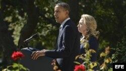 El presidente estadounidense Barack Obama y la secretaria de Estado Hillary Clinton, en la Casa Blanca, para hablar sobre el asesinato del embajador en Libia, Christopher Stevens.