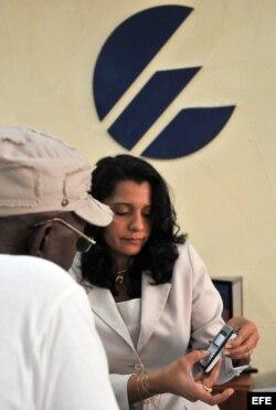 Cubanos se quejan de los altos precios de los celulares vendidos por el monopolio de ETECSA. (Archivo)