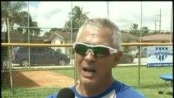 Afamado entrenador de picheo cubano comparte experiencias con jóvenes del beisbol local