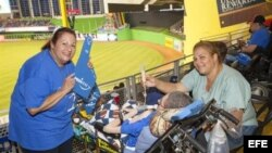 Dolores González (izq) en el estadio junto a su hijo (c).