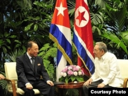 Kim Yong Chol se reune en La Habana con eldictador cubano Raúl Castro, en mayo de 2016.