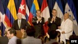 John McCain (i), el congresista Lincoln Diaz Balart, (i-d), su hermano el congresista Mario Diaz Balart y Roberto Martínez Pérez en un acto electoral en Miami, el 20 de mayo de 2008.