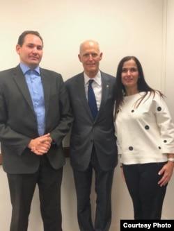 Luis Enrique Ferrer junto al senador republicano por Florida, Rick Scott.