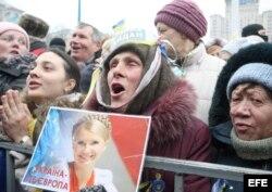 Una manifestante sostiene la foto de Yulia Tymoshenko