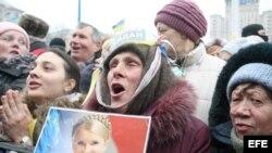Una manifestante sostiene la foto de Yulia Tymoshenko. Archivo.