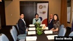 La subsecretaria para Asuntos del Hemisferio Occidental del Departamento de Estado, Kimberly Breier (al centro) junto a la activista Rosa María Payá. (TWITTER).