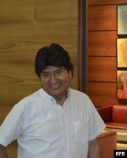 El presidente de Bolivia, Evo Morales en el aeropuerto de Viena donde ha pasado toda la noche tras un aterrizaje forzoso después de que varios países europeos le negaran el permiso para sobrevolar sus territorios.