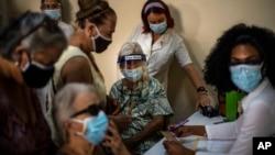 Habaneros esperan para vacunarse con Abdala, este 23 de junio, en un consultorio de La Habana. (AP/Ramón Espinosa)