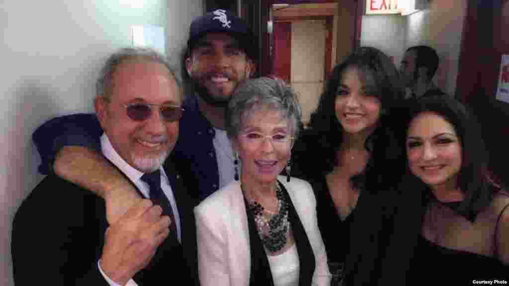 Gloria and Emilio con Josh y Ana y la legendaria Rita Moreno tras bambalinas luego del espectáculo.