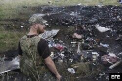 Un miliciano prorruso contempla el desastre después que un avión civil de Malaysia Airlines fuera derribado cerca del límite entre Ucrania y Rusia.