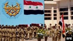 Archivo - Miliatres sirios durante el funeral en Damasco, Siria, el 23 de mayo de 2012.