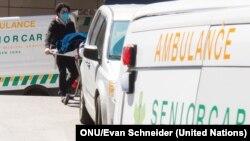 Trabajadores de la salud en NY trasladan a un paciente muerto a causa del COVID-19