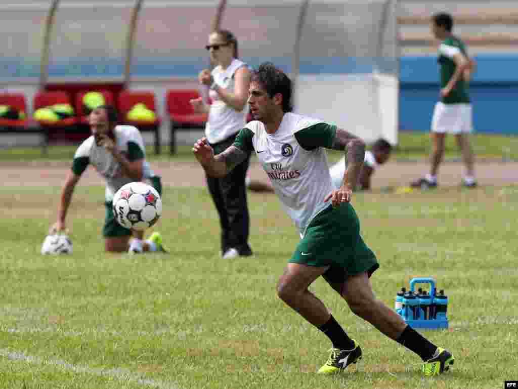 El defensa Carlos Méndez, capitán del Cosmos de Nueva York, participa en un entrenamiento en el Pedro Marrero.