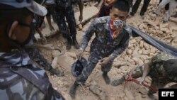 Equipos de rescate en Nepal.