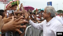 El izquierdista Andrés Manuel López Obrador continua su gira política en el estado de Quintana Roo.