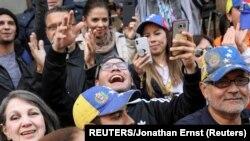 Venezolanos partidarios del líder opositor Juan Guaidó celebran frente embajada venezolana en DC