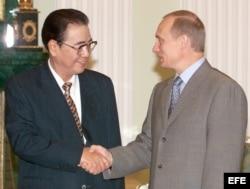 Archivo - El presidente ruso Vladimir Putin (d) saluda a Li Peng (i) en el Kremlin.