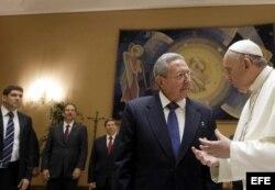 El nieto, el hijo, el Canciller cubano y Raúl Castro con el Papa (i-d).
