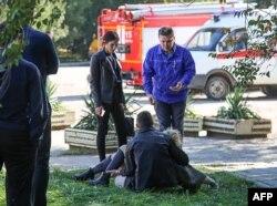 Un rescatista carga a una joven herida en el ataque al Instituto Politécnico de Kerch, en Crimea.