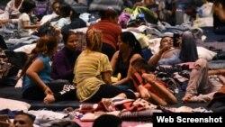 Emigrantes albergados en el gimnacio de la Escuela de Bachilleres en Ciudad Juárez