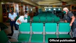 Aunque la Agencia Cubana de Noticias (ACN) publica varias fotos de interiores de terminales aéreas sin precisar de cuáles se trata, esta imagen corresponde aparentemente al aeropuerto Frank País, de Holguín.