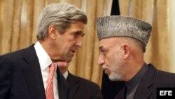 El secretario de Estado, John Kerry, y el presidente afgano Hamid Karzai en conversaciones este sábado en Kabul