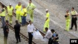 Los operarios siguen trabajando hoy para retirar lo que queda del convoy accidentado y el acondicionamiento de las vías en el lugar del accidente donde descarriló el tren Alvia el pasado miércoles, a pocos kilómetros de Santiago de Compostela