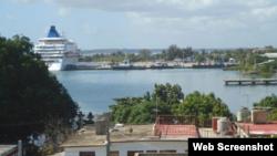Crucero atracado en la Bahía de Cienfuegos.