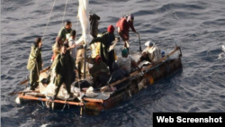 Balseros rescatados en el golfo de México por el crucero Carnival Sounds.
