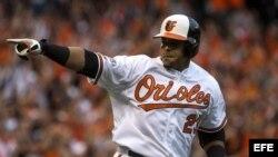 El bateador de los Orioles de Baltimore Nelson Cruz corre por las bases después de batear un jonrón contra los Tigres de Detroit, 2 de octubre.