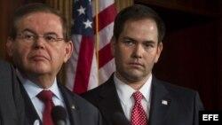 El senador demócrata Bob Menendez (izq.) y el republicano Marco Rubio. (Archivo)
