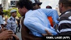 La policía arresta a Boris González Arenas, periodista independiente y activista de la sociedad civil. (Archivo)
