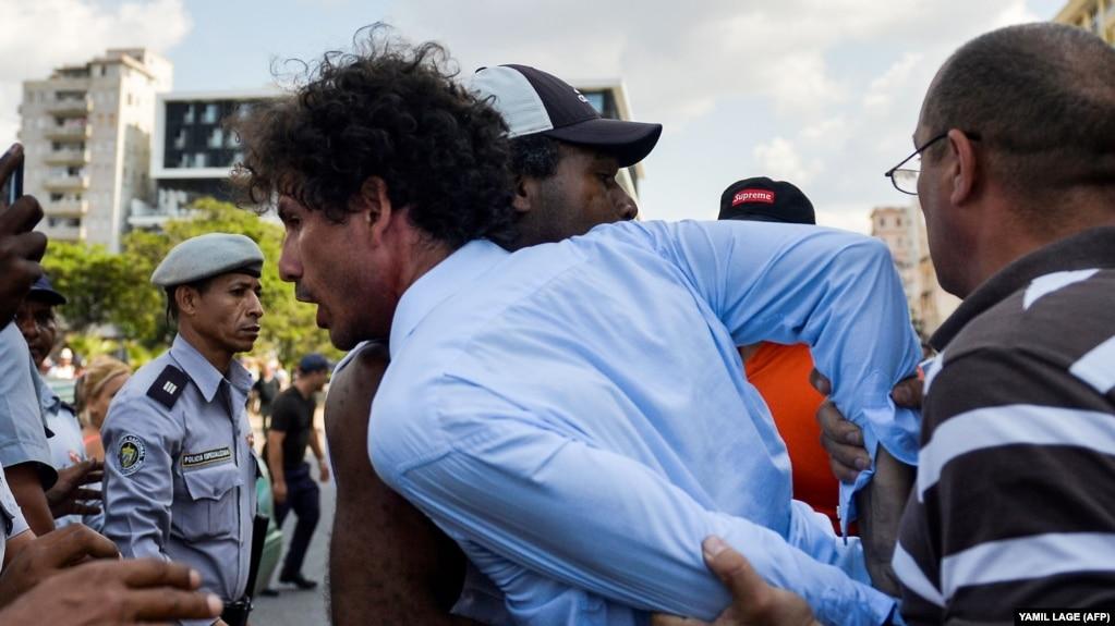 La policía arrestó a Boris González Arenas, periodista independiente y activista de la sociedad civil, el 11 de mayo de 2019. (YAMIL LAGE/AFP)