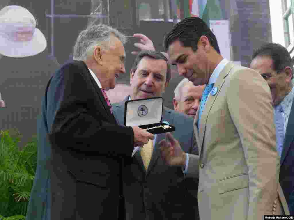 Maurice Ferré recibe las llaves de la ciudad por parte del Alcalde Francis Suárez