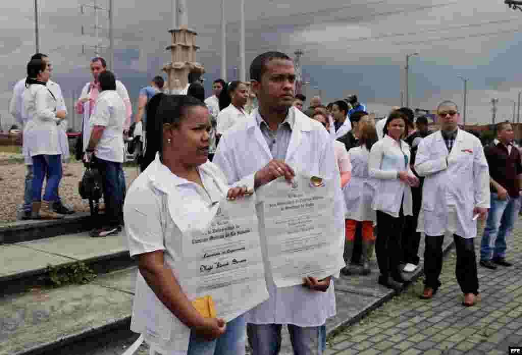 """Decenas de médicos cubanos protestan el sábado 22 de agosto de 2015, en Bogotá, para denunciar """"el limbo legal"""" en el que se encuentran a la espera de un visado para EEUU."""