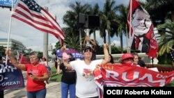 Exiliados muestran su apoyo al presidente Trump el 25 de septiembre de 2020, en Doral, ciudad aledaña a Miami. (Imagen de Roberto Koltún).