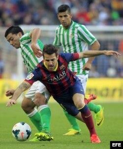 El centrocampista del FC Barcelona Cesc Fábregas cae...