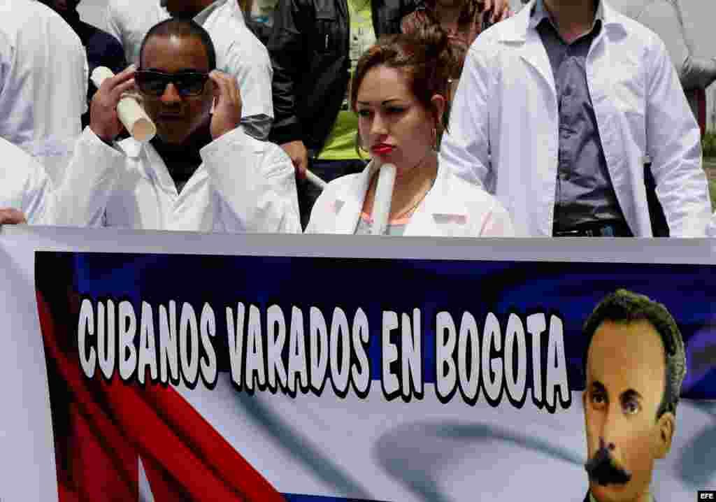 """Decenas de médicos cubanos protestan el sábado 22 de agosto de 2015, en Bogotá, para denunciar """"el limbo legal"""" en el que se encuentran a la espera de un visado para EEUU. Fotos: Efe/Leonardo Muñoz."""