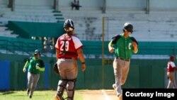 Jugando pelota en Cienfuegos.