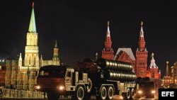 El Kremlin en la Plaza Roja de Moscú (Rusia), durante los ensayos de un desfile militar.