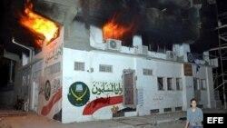 Vista de la oficina de los Hermanos Musulmanes en llamas hoy, miércoles 5 de diciembre de 2012, en Ismailia, a 100 kilómetros de El Cairo (Egipto).