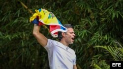 El opositor venezolano Leopoldo López saluda a seguidores, sábado 8 de julio de 2017, en la entrada de su casa en Caracas (Venezuela).
