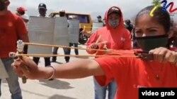 Autoridades chavistas como la alcaldesa del municipio de Díaz, en el estado de Nueva Esparta, difunden en Venezuela imágenes como esta para presentar la disposición combativa ante presuntos ataques contra ese país.