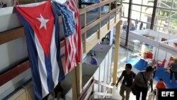 Banderas de EEUU y Cuba en la Feria Internacional de La Habana.
