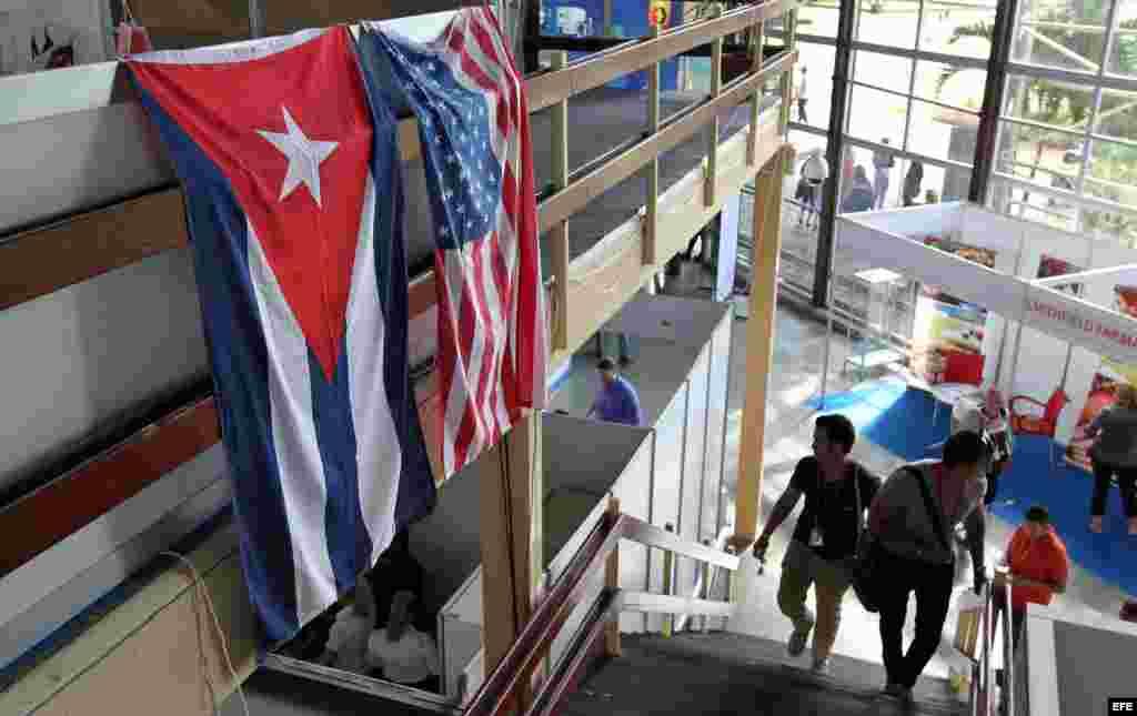 Banderas de EE.UU. y Cuba en la Feria Internacional de La Habana (FIHAV 2015).