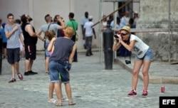 Turistas se toman fotos en una plaza de La Habana Vieja.